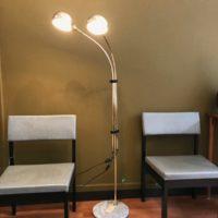 Chaise et lampe