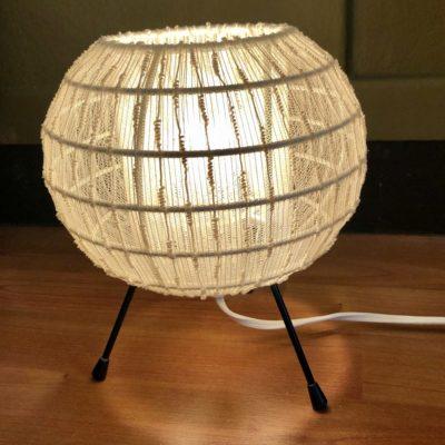 petite lampe de table tripode abat jour dentelle 50' (2 disponibles)