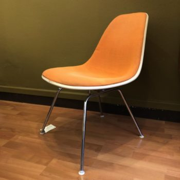 2 chaises basses Charles and Ray Eames, LSX, assise en tissu, 70', vitra moulé dans coque