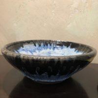 plat céramique émaillée noir et bleu