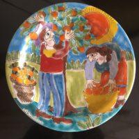 assiette deco desimone peint à la main scène de cueillette d'oranges dans le style de Picasso Italie 70'