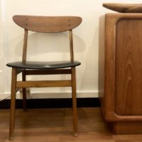 2 chaises attribuées à Farstrup Danemark 60' teck et similicuir
