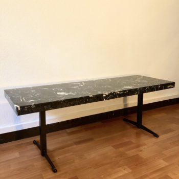 table rectangulaire marbre noir excellent état piètement noir métal 130x45 h. 44